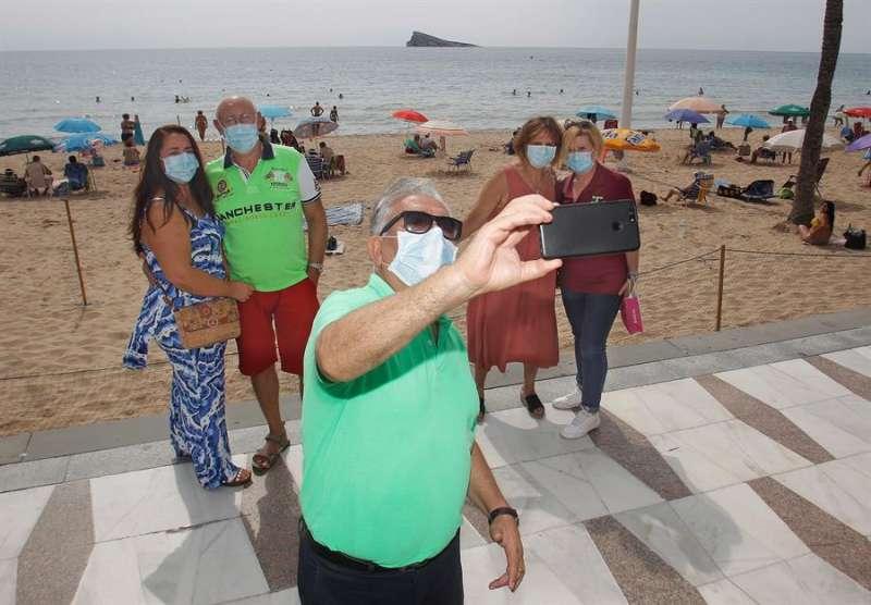 Los miembros de ACUMAFU (Asociación Cultural de Mayores de Fuenlabrada) que han organizado su viaje a la capital de la Costa Blanca. EFE