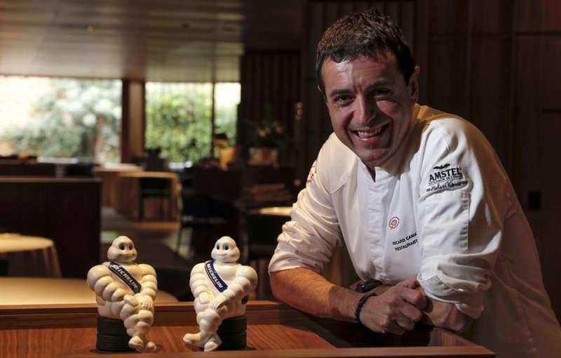 El cocinero Ricard Camarena sonriente en su restaurante insignia, en el ambicioso espacio cultural de Bombas Gens de Valencia. EFE