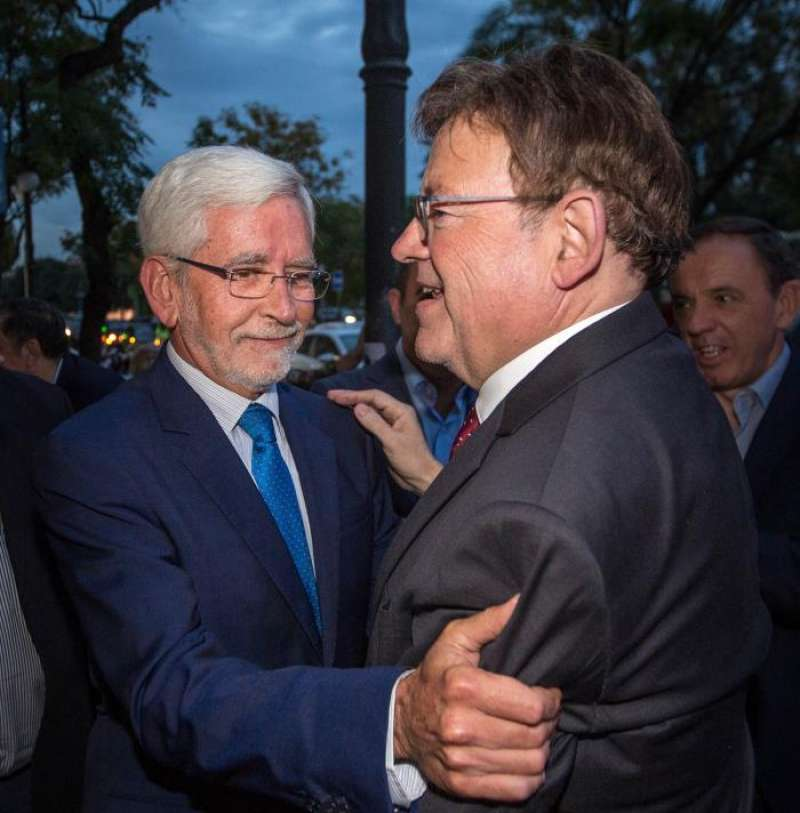 El president de la Generalitat, Ximo Puig (dcha) y el expresident Joan Lerma. EFE