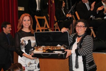 La Alcaldesa de Aldaia y Presidenta  de la Mancomunidad hace entrega de un instrumento a la entidad como muestra de apoyo. EPDA