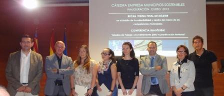 Enguix, Blasco, Martínez, Millet y Galán con las beneficiarias de las becas. FOTO: DIVAL