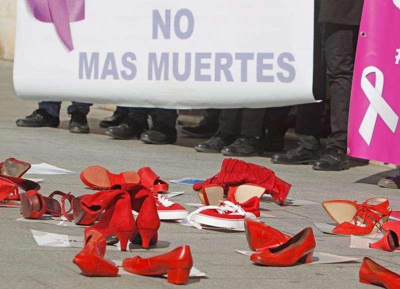 Minuto de silencio en la Subdelegación del Gobierno de Alicante en repulsa por el asesinato machista ocurrido ayer en Rojales. EFE