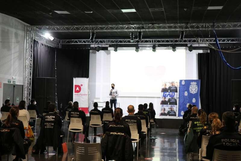 El alcalde de Sagunt, Darío Moreno, durante el curso que comienza hoy en el Casal Jove. / EPDA