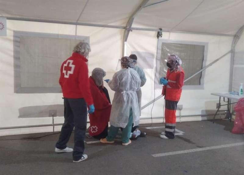 Atención de Cruz Roja a inmigrantes arribados en patera, en una imagen facilitada por la organización humanitaria.
