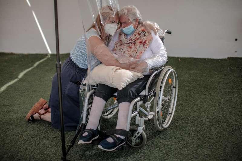 Una interna en una residencia de mayores abraza a su hija a través de un plástico en una imagen de archivo.