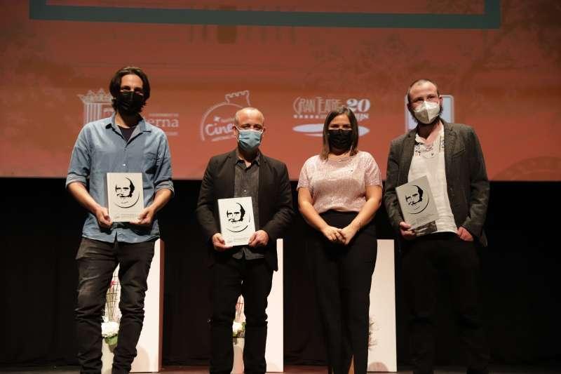 La concejala de Cultura, Teresa Espinos junto al actor Javier Gutiérrez y los ganadores de los cortos