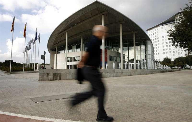 Un hombre pasa por delante del Palacio de Congresos de València. EFE