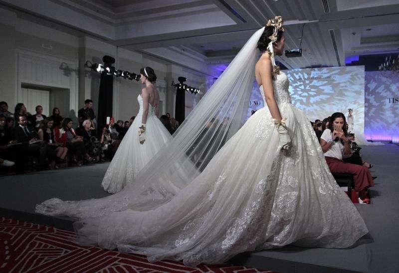 Un desfile de trajes de novia. / EFE