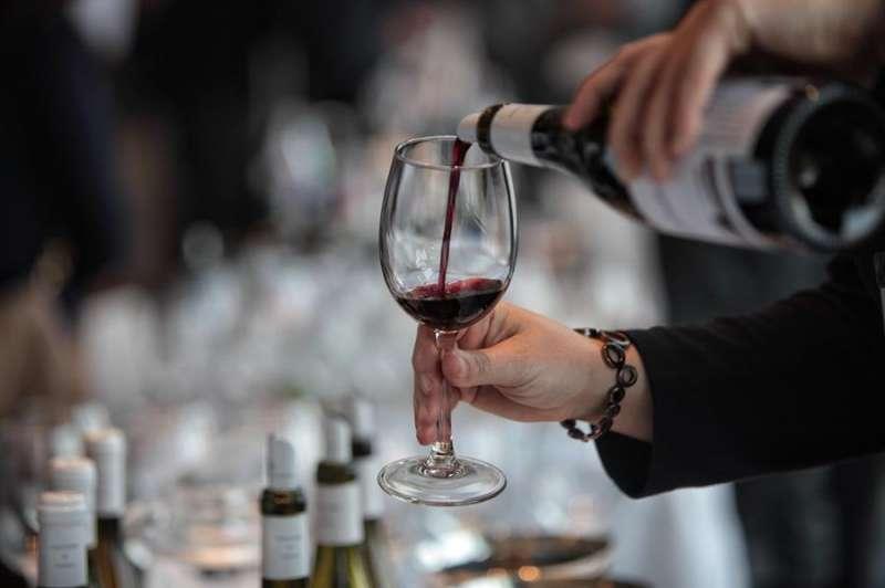 Una persona sirve una copa de vino. EFE/Archivo