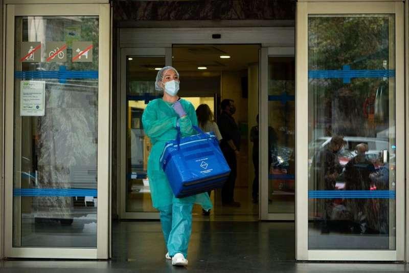 Una profesional sanitaria sale del Centro Atenci�n Primaria (CAP) . EFE/ Enric Fontcuberta /Archivo
