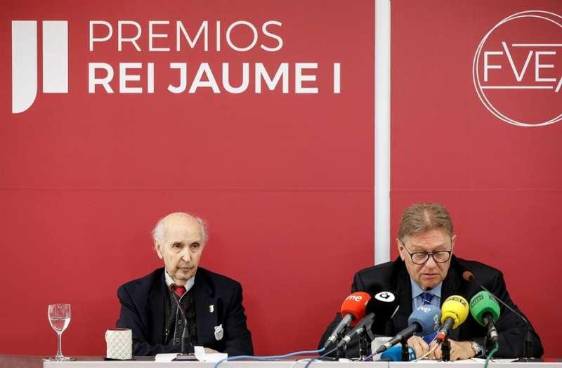 Imagen de archivo del profesor Santiago Grisolía y Javier Quesada, en la última reunión de los jurados de los premios. EFE