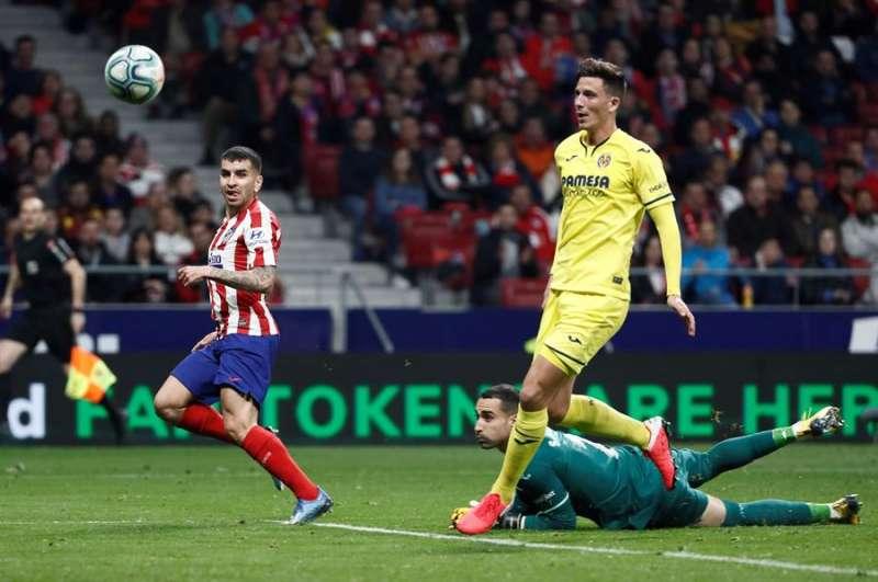 Ángel Correa (i) marca ante el Villarreal en Madrid. EFE/Mariscal