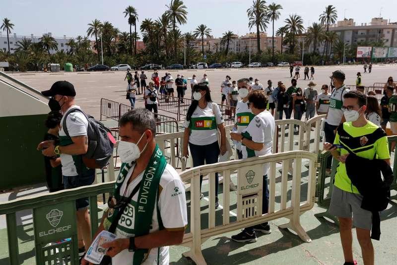 La afición del Elche acude al estadio en el último partido de la pasada Liga EFE/Manuel Lorenzo