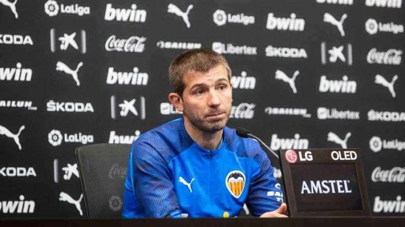 El entrenador del Valencia CF, Albert Celades, en la rueda de prensa ofrecida hoy, en una imagen compartida en redes por el club.