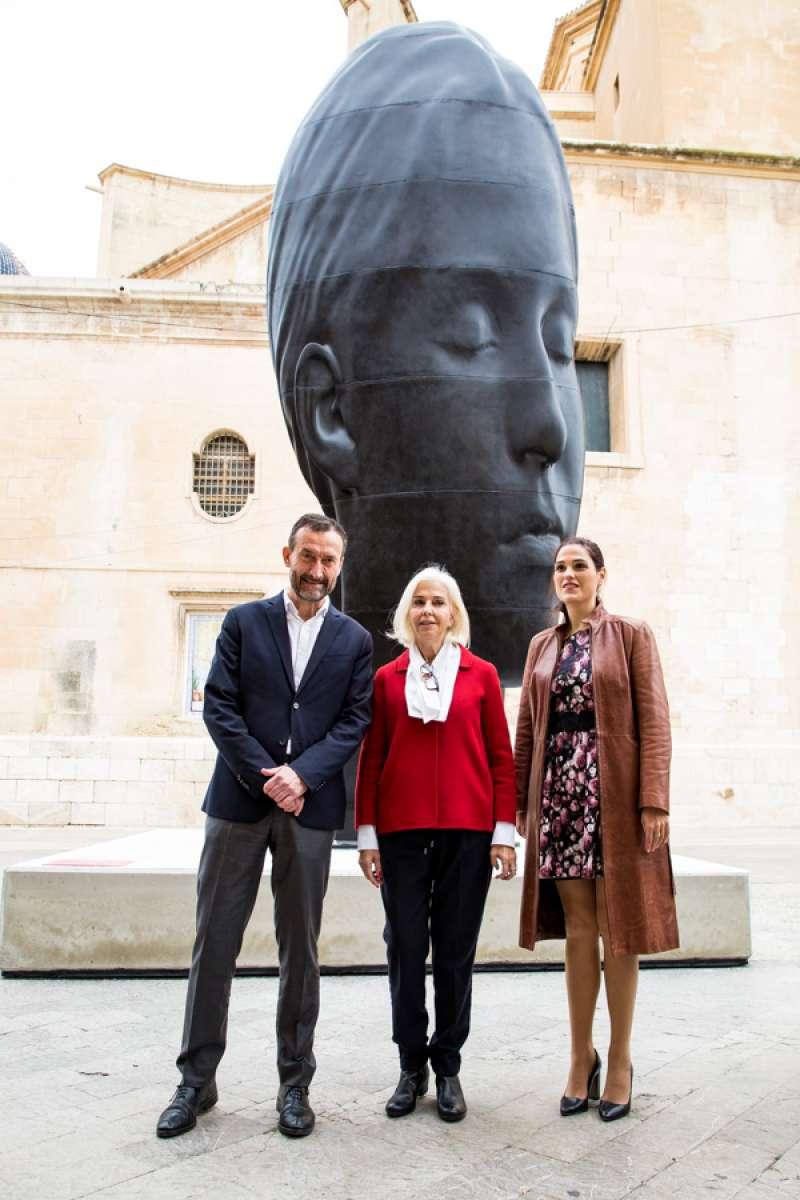 El alcalde Elche, Carlos González, la presidenta de la Fundación, Hortensia Herrero, y la concejal Marga Antón