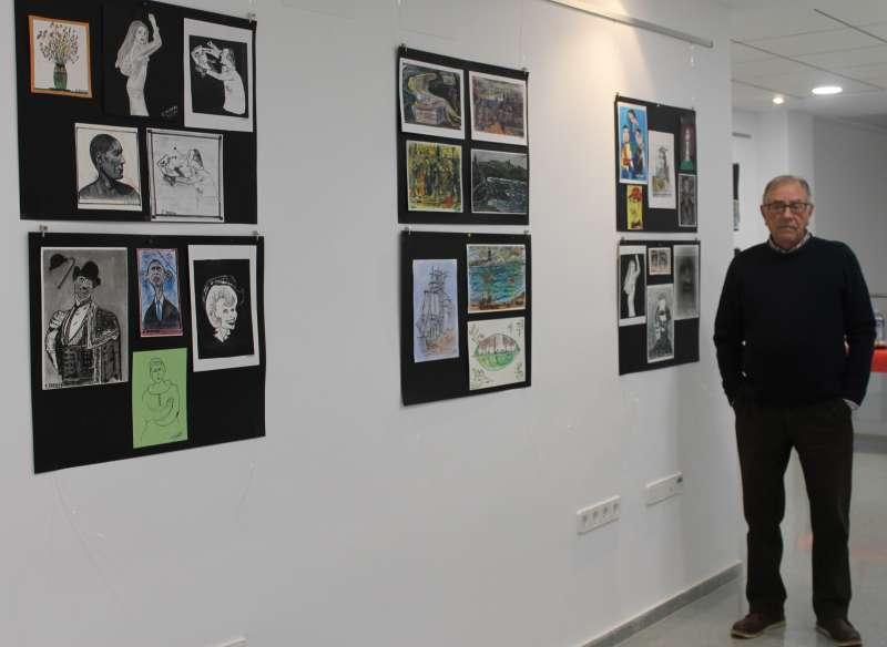 El pintor Enrique Barrera junto a una de sus exposiciones. EPDA
