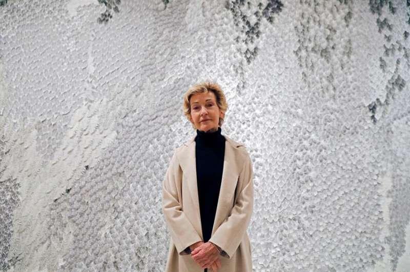 La pintora valenciana Soledad Sevilla ante una de sus obras. EFE