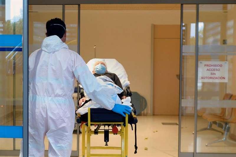 En la imagen, un paciente llega a las urgencias respiratorias, zona covid-19. EFE/Nacho Gallego/Archivo