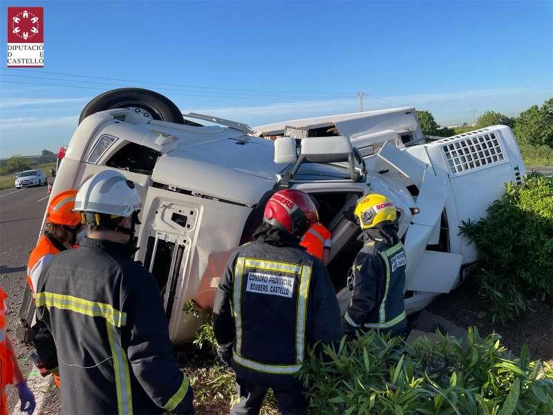 Los bomberos excarcelan al conductor fallecido en el camión