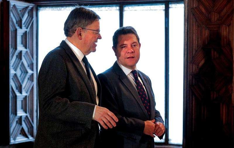 Imagen de un encuentro entre el president de la Generalitat, Ximo Puig (i), con el presidente de Castilla-La Mancha, Emiliano García-Page. EFE/Archivo
