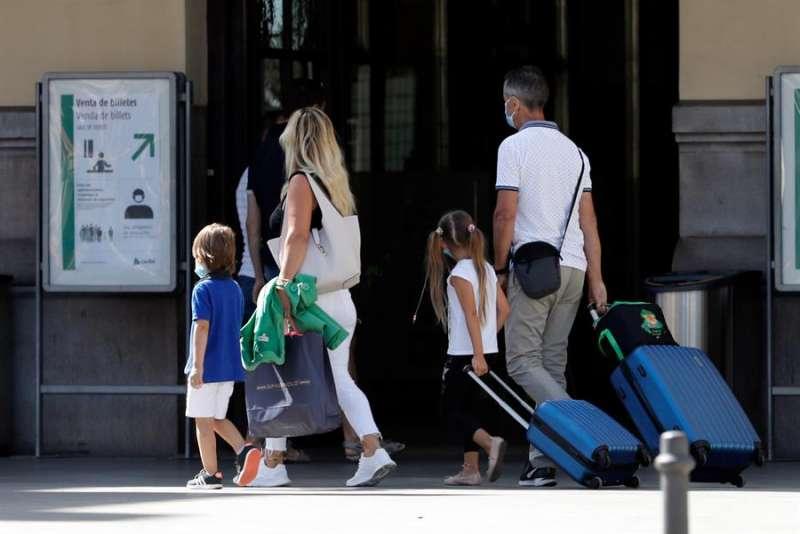 Una familia con sus maletas entran en la estación del Norte de Valencia, en la que hoy, último domingo del mes de Agosto, miles de españoles retornan a sus casas tras pasar un verano atípico por la pandemia del Coronavirus.EFE/ Juan Carlos Cárdenas