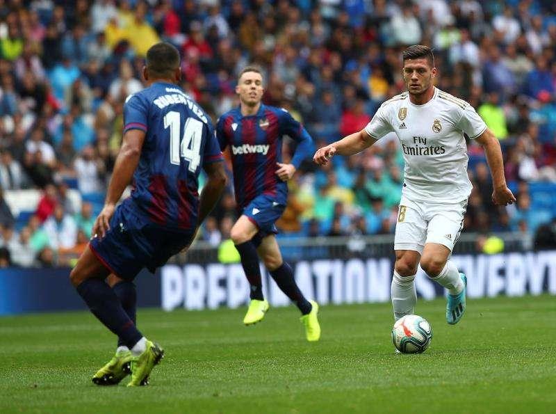 El delantero serbio del Real Madrid Luka Jovic (d) controla el balón ante Rubén Vezo (i) del Levante. EFE/Rodrigo Jiménez