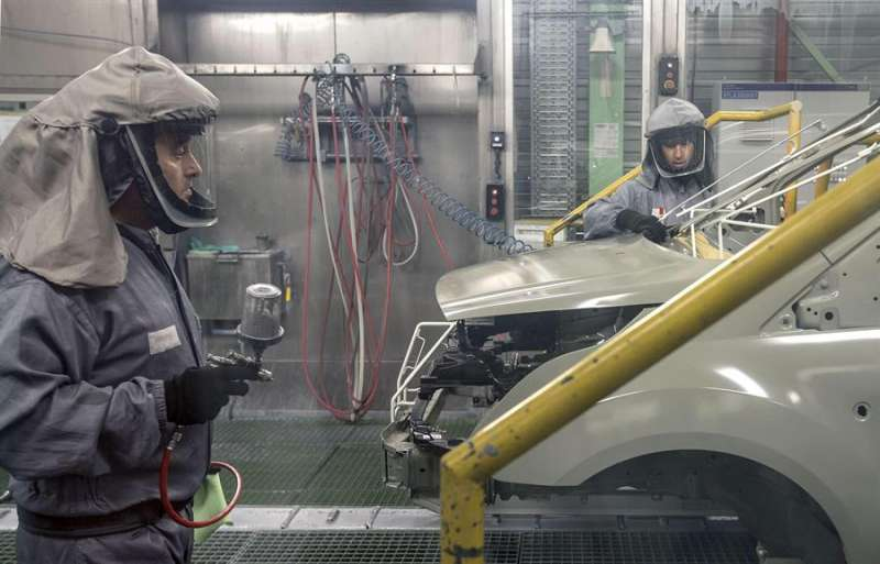 Trabajadores de la planta de pintura de Ford. EFE