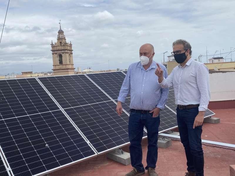 El concejal de Desarrollo Sostenible y Transición Ecológica, Juan Medina, junto al ingeniero industrial municipal Salvador Mira, supervisan la instalación de placas fotovoltaicas.
