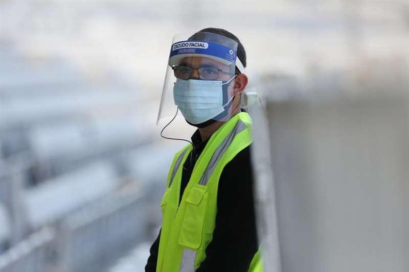 Personal de seguridad usa máscara y tapaboca. EFE/Elvis González/Archivo
