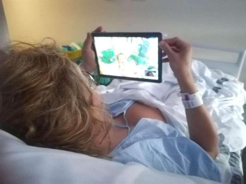 Imagen facilitada por La Fe donde se ve a una madre viendo a su bebé a través de una tablet. EFE