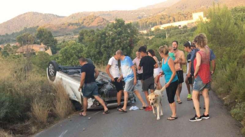 Vehículo volcado en el Camí del Pla de Estivella. EPDA