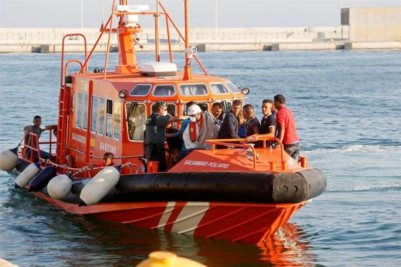 Imagen de archivo de una patrullera de Salvamento Marítimo trasladando a inmigrantes localizados en una patera. EFE