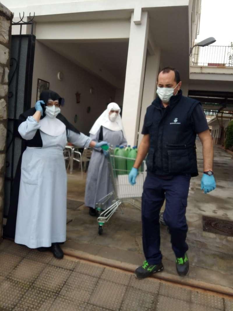 Sanitaris repartint material entre residències. Ajuntament d
