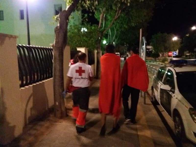 Imagen de Cruz Roja atendiendo a los inmigrantes interceptados en Alicante.