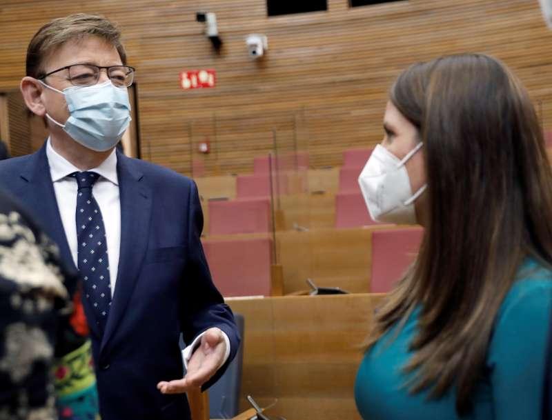 El president Ximo Puig conversa con la portavoz de Vox, Ana Vega, en Les Corts Valencianes.
