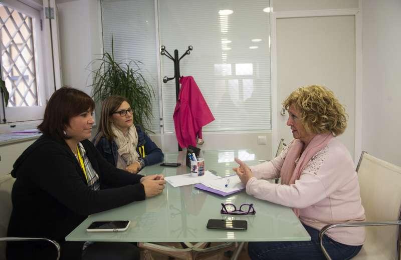 La diputada de Igualdad, Isabel García, con la presidenta de FADEMUR -EPDA