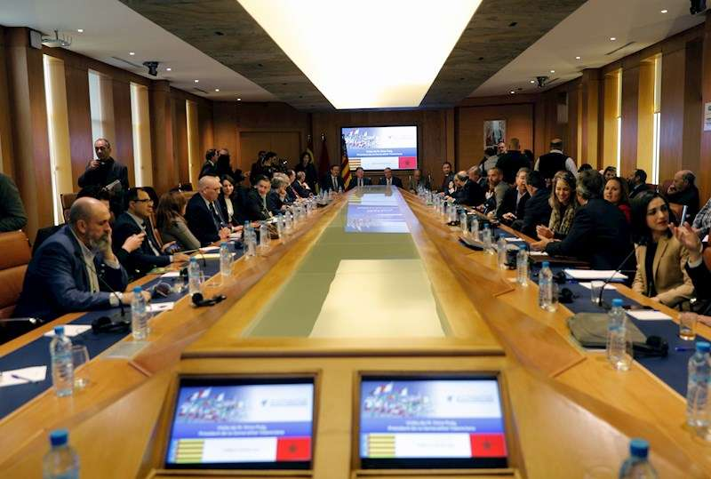 En el fondo de la imagen, el president de la Generalitat, Ximo Puig y el presidente del Consejo Económico de Marruecos, Salaheddine Kadmiri. EFE