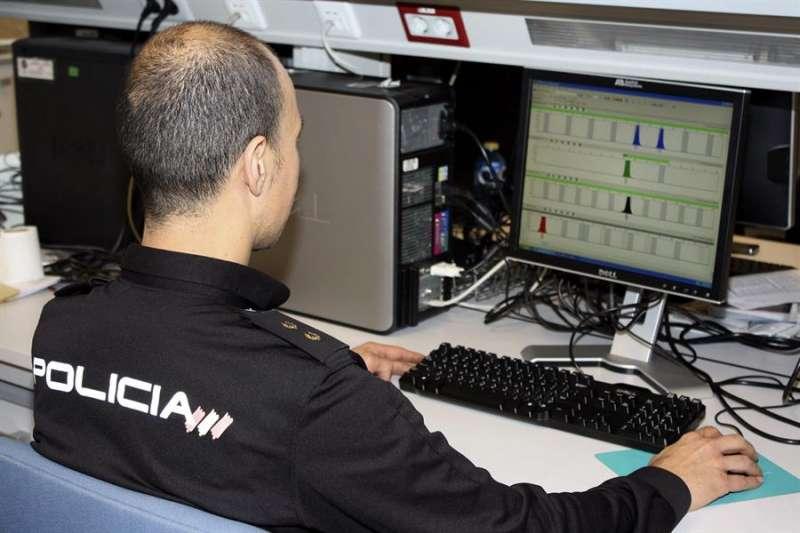 Un agente de Policía comprueba unos archivos en un ordenador. EFE/Archivo
