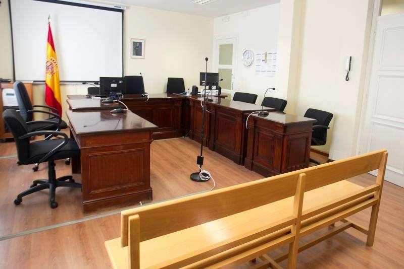 Sala vacía a la espera del comienzo de un juicio. EFE/Archivo