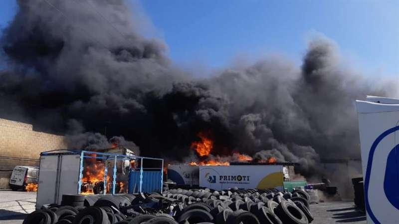 Foto cedida por el Ayuntamiento de Alicante del incendio industrial en la carretera de Ocaña.