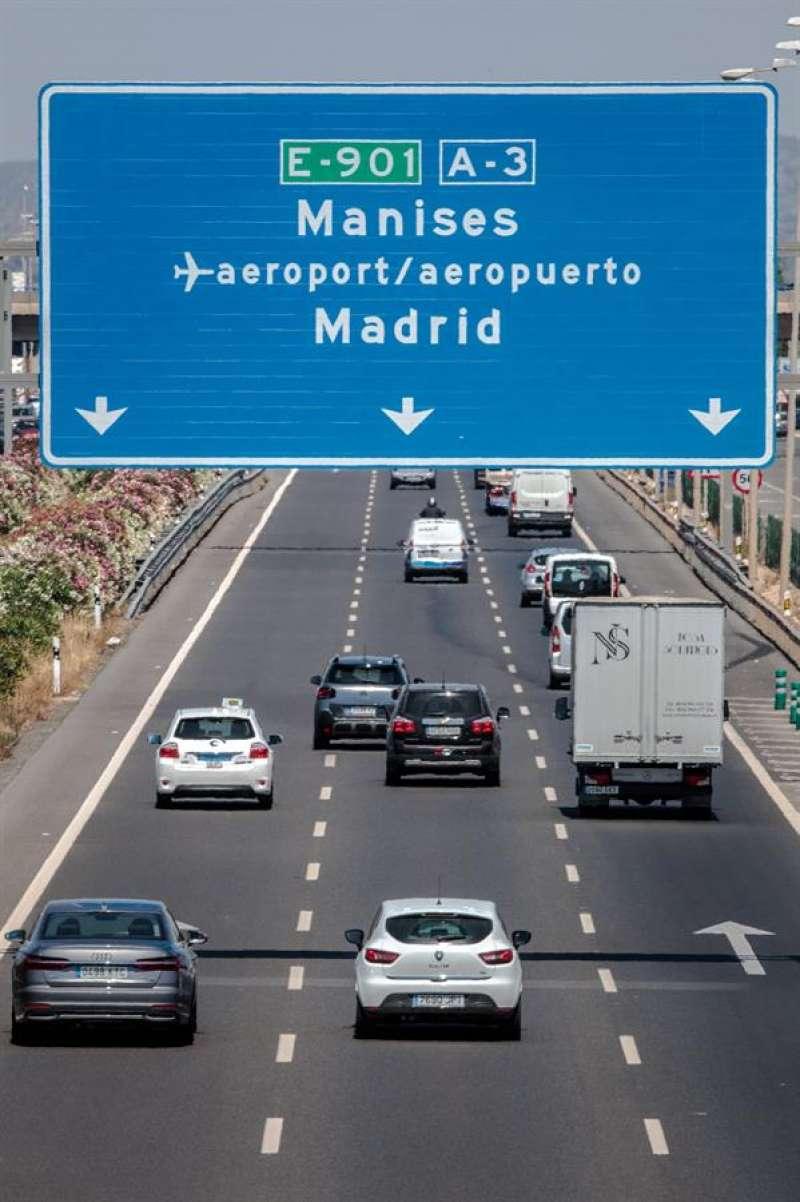 Vista general del tráfico en la carretera. EFE/Biel Aliño/Archivo