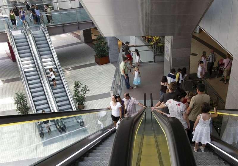 Varias personas en un centro comercial de Valencia en domingo. EFE/Biel Aliño/Archivo
