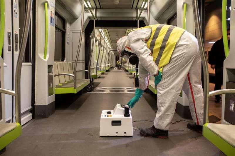 Un técnico de Ferrocarriles de la Generalitat Valenciana (FGV), realiza labores de desinfección en un vagón de Metrovalencia mediante nebulización con peróxido de hidrógeno. EFE/Biel Aliño/Archivo