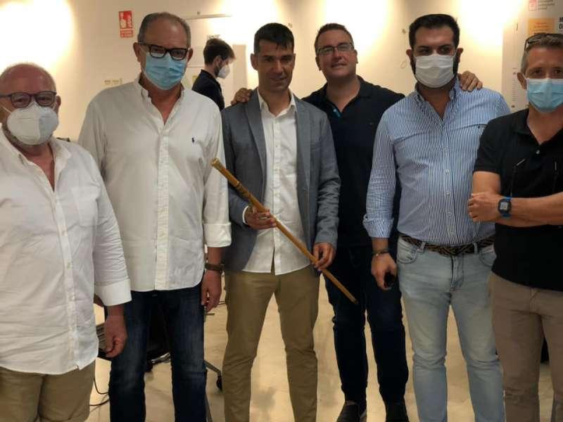 Montañés, con la vara de mando, rodeado por compañeros del PP. EPDA