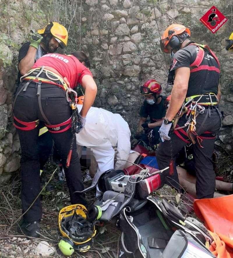 Efectivos del Consorcio Provincial de Bomberos de Alicante rescatan al un hombre en el paraje Molí del Salt, en el municipio de Benilloba. EFE
