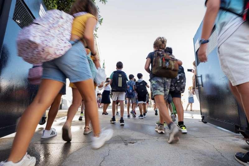 Alumnos entrando en un centro escolar.