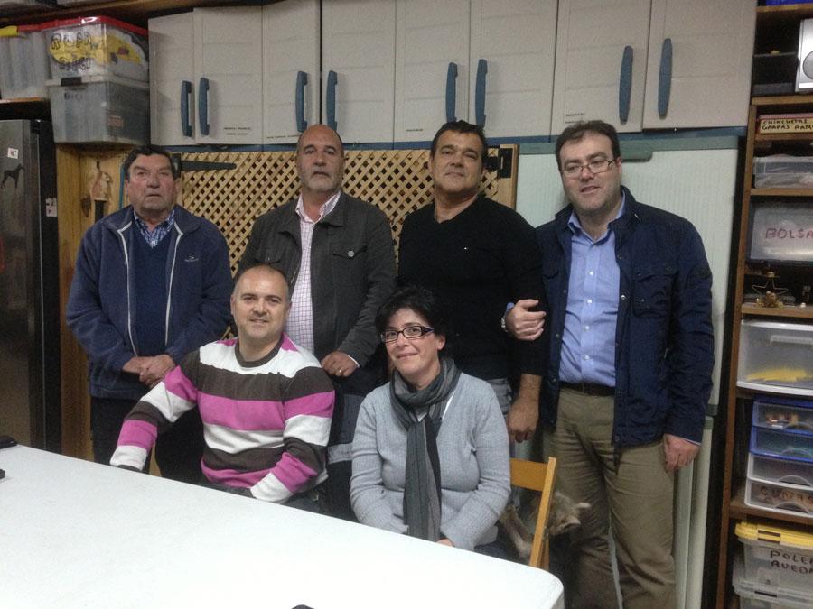El persidente saliente junto al nuevo, en compañía de la nueva dirección y el presidente comarcal. FOTO EPDA