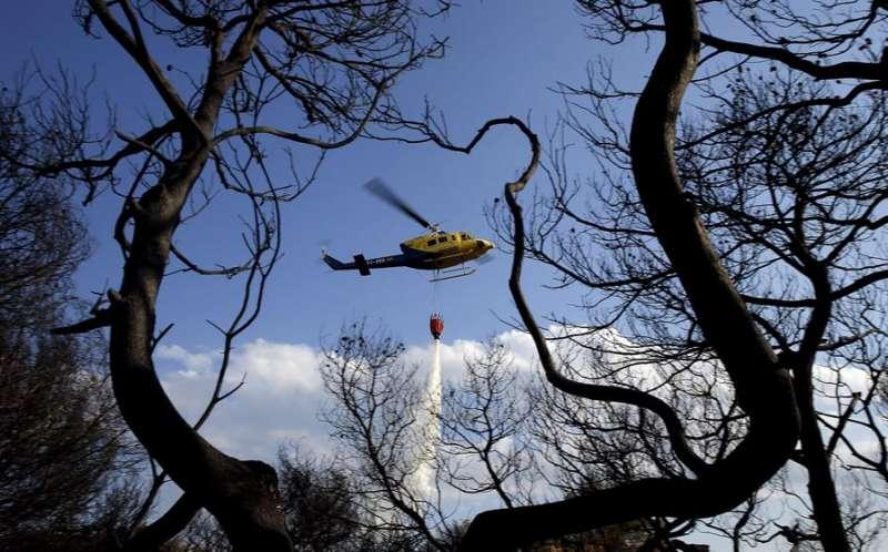 Un helicóptero trabaja en la extinción de un incendio. EFE/Kai Försterling/Archivo