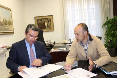 Imagen del diputado de Turismo, Sanjuán, y el alcalde de Andilla, Ruiz. FOTO: DIVAL