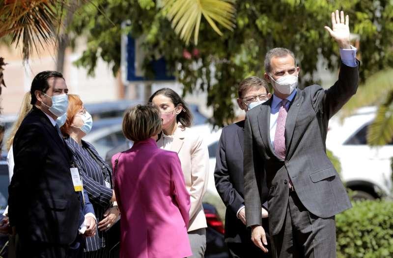 El rey Felipe VI, junto al presidente Ximo Puig y el presidente de la COE, Antonio Garramendi